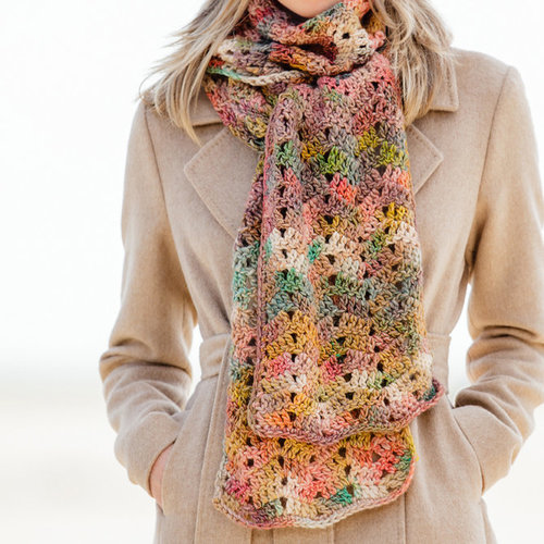 Lana Grossa Design 22 Crocheted Scarf Kit in Gomitolo 100 - Model (01)