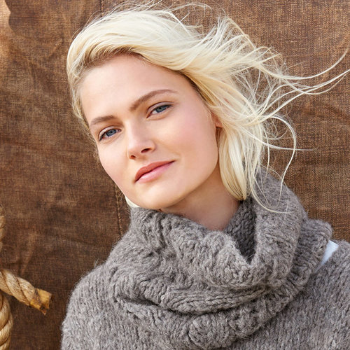 Lana Grossa Design 46 Cowl Kit in Cloud - Model (01)