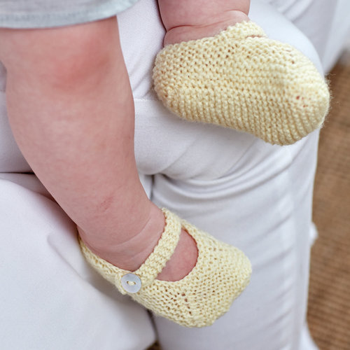 Sirdar 5261 Cardigan and Shoes in Snuggly 100% Merino PDF -  ()